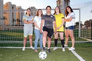 """כדורגלניות """"בנות נתניה"""". מימין: אלה בבילה, שנהב רץ, שלי ישראל, יעל פרץ ומשי כהן סקלי"""