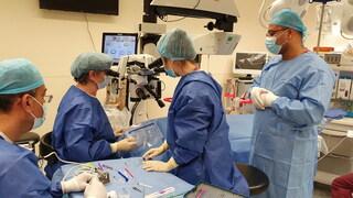 צוות הרופאים במהלך הניתוח בהלל יפה