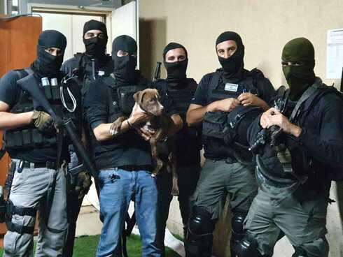 השוטרים עם הכלב שחולץ