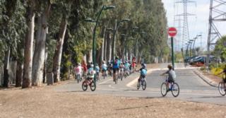 ילדים רוכבים על אופניים
