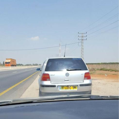 הרכב שעצר את דנה בכביש, רגע לפני שנמלט. (צילום: דנה ברמן)