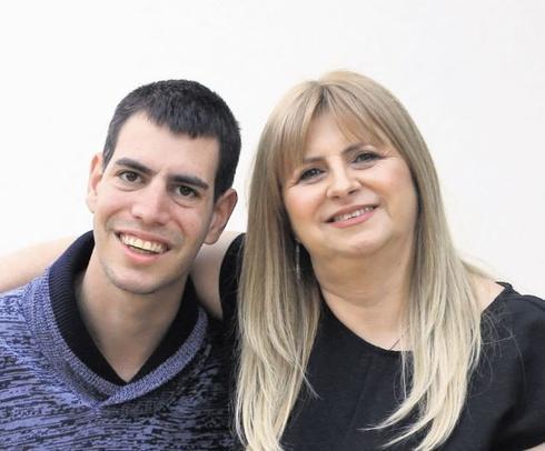 מיכל דינוביץ ובנה שי (צילום: אלעד גרשגורן)