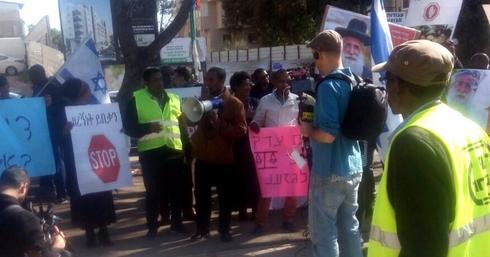 ההפגנה ברחבת העירייה (צילום: שירות מיינט)