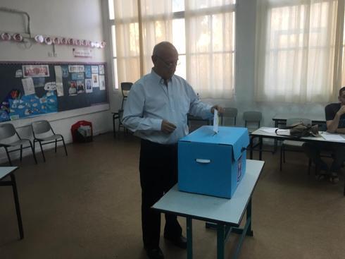 המועמד לראשות העיר איקי צור הגיע להצביע כבר בפתיחת הקלפיות | צילום: אריאל נוי