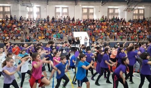 תמונה באדיבות הסוכנות היהודית של מופע משותף לילדים ערבים ויהודים