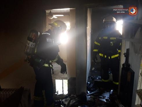 צוותי הכיבוי בבניין בית אליעזר | צילום: דוברות כבאות חוף