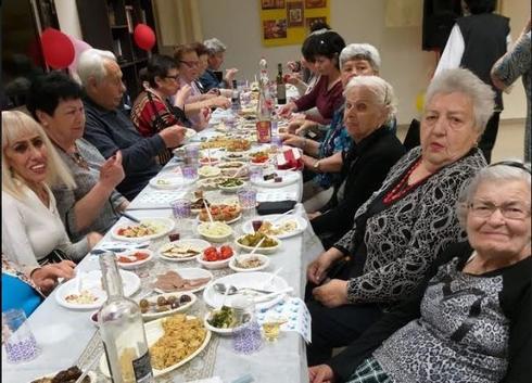 ארוחת ליל הסדר בבית גיל הזהב בחדרה   צילום: עמידר