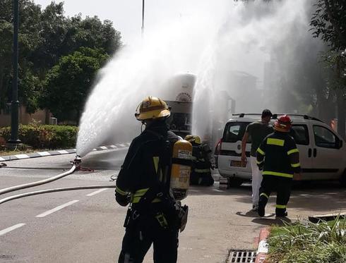 דליפת חומר מסוכן ממשאית בחדרה   צילום: דוברות כבאות