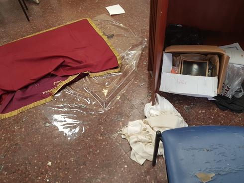 ההרס בבית המדרש בחדרה   צילום: דוברות המשטרה חוף