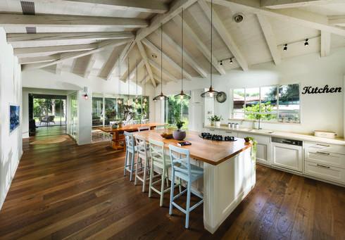 גם עיצוב כפרי מקבל פרשנות אישית עכשווית, בית בשרון, צילום: אלעד גונן