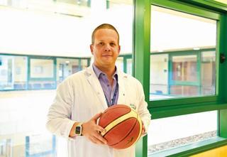 """ד""""ר יניב יונאי. """"לקבוצות הכדורגל הצוות הרפואי אינו פחות מהצוות המקצועי"""""""