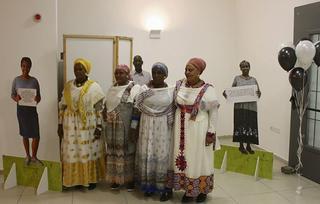 אימהות ודמויות בתערוכה שהוקמה במסגרת הפרויקט   צילום: אלבום פרטי