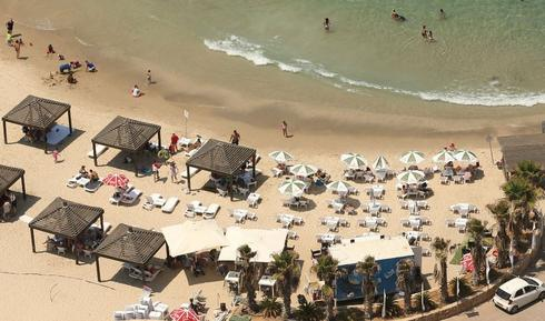 חוף כפר הים. שורה של ליקויים   צילום: אלעד גרשגורן