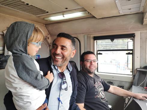 שחר מתנסה בנהיגה בקטר עם יניב הנהג | צילום: רכבת ישראל