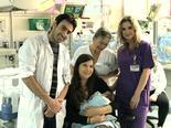 עופרה פלג מסורי עם הצוות הרפואי שהציל את חייה (צילום: mynet)