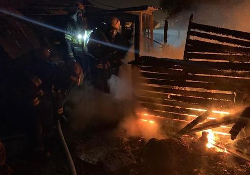 בית עלה באש ברחוב מבצע יהונתן בחדרה   צילום: דוברות כבאות חדרה