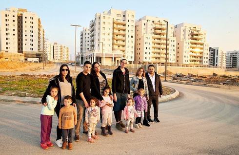התושבים המוחים | צילום: אלעד גרשגורן